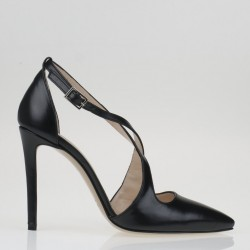Criss crossed black leather pump